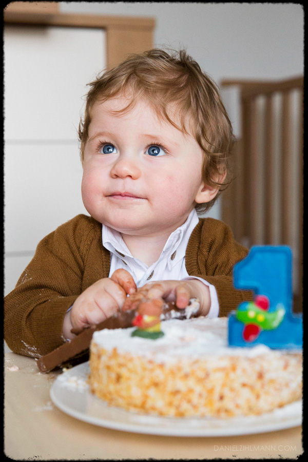 Baby Foto Freude Lachen Geburtstagstorte Farbe