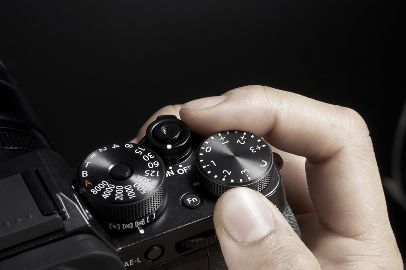 Das analoge Bedienkonzept prägt auch das Erscheinungsbild der Fujifilm X-T2 (Bild: fujifilm.ch)